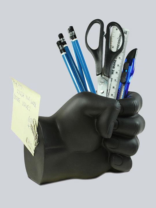 fist-pen-holder-black-insitu